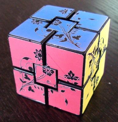 * Overlapping: Le design est sans aucun doute discutable... Je voulais un motif qui force à orienter les centres pour rendre le cube un peu moins simple à résoudre.