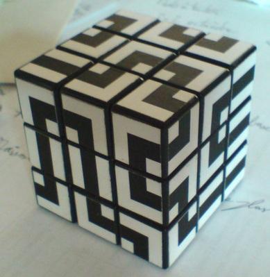 """* Design """"labyrinthe"""" : Le design n'est pas de moi, je me suis ici contenté d'imprimer les motifs sur du vinyle autocollant afin de donner une seconde vie à un vieux cube."""