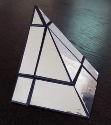 * Pyramide argentée: Un gros travail d'extension à l'aide de plaques de plastique. Le résultat final me plaît beaucoup.